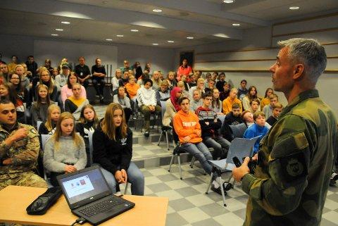 INFORMERTE: Nato-soldatene er våre gjester og venner i Norge, instruerte områdesjef Svein Riste i HV05 elevene på Alvdal ungdomsskole.