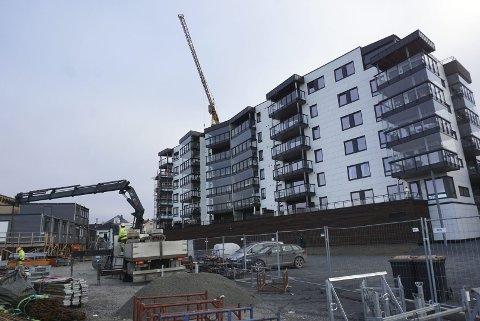 VEKST: Det bygges og bygges i Elverum - her fra Sentrum Park ved Restvoldjordet der et byggetrinn nettopp er ferdigstilt, og det neste underveis. I alt blir det 89 boenheter.Foto: Knut Fjeld