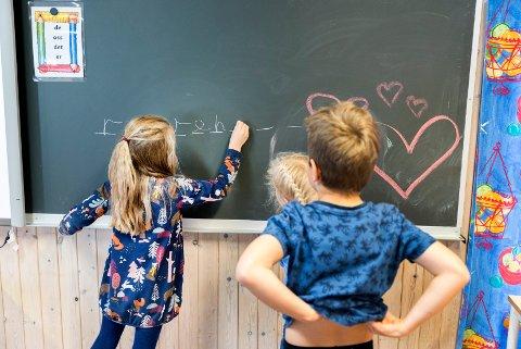 Trondheim  20171009. Elever som tegner på tavle i klassesituasjon på barneskole.  Modellklarert. Foto: Gorm Kallestad / NTB scanpix
