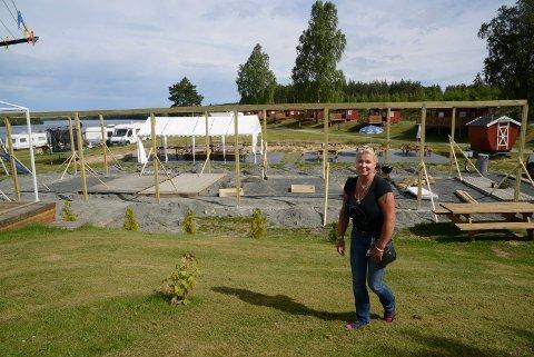 BYGGER:  Lisbet Frisendal er i gang med å bygge grillhus og lager under tak for å tilby kundene enda bedre forhold.