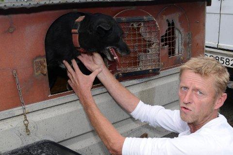 LETER FORTSATT: Frode Dahl fra Hønefoss, med tilknytning til Grue og Trysil, leter fortsatt etter huskyen Leon.  Her er han med Leons bror.