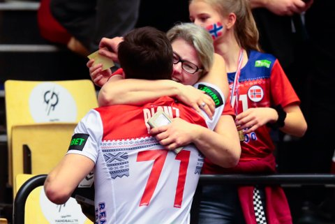 Alexander Blonz blir gratulert av sin mor Grete Christoffersen etter kampen mot Chile i håndball-VM.
