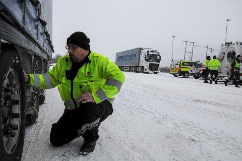 DEKK OG KJETTINGER: Kontrollleder Stein Hornsletten i Statens vegvesen kontrollerer mønsterdybden på dekkene til en trailer ved kontrollstasjonen på Bergerønningen i Alvdal.