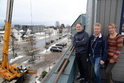 SKAL GÅ RASKT: Øivind Damhaug, til venstre, og Elin Nordli er to av eierne av Flisa fysikalske institutt som nå bygger ut i tredje etasje ved Flisa Stormarked. – Vi velger å bruke kran i stedet for å frakte materialer og utstyr opp trappene, sier daglig leder i Solør Hus, Øystein Aurland.