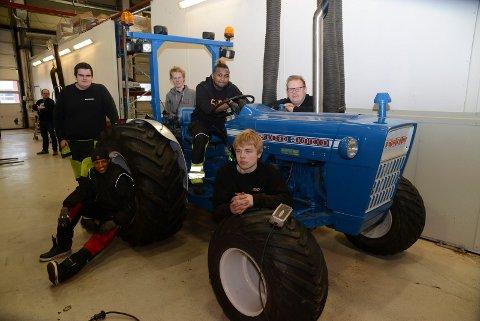 GODE UTSIKTER:  De har tro på en framtid som mekanikere på traktorer og landbruksmaskiner, fra venstre Thomas Tollhaug, YasinGuma, Tehodor Bye, Yedidia Amanuel,  Jørgen Brødrud og Julian M. Strøne.