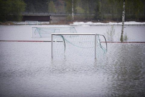 FLOM: Rena ble hardt rammet av flommen våren 2018. Fotballbanene på Engvold ble igjen tatt av de enorme vannmassene.
