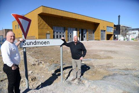 HER:  Det er her ved det nye beredskapssenteret Åsnes kommune håper å få Tollvesenet inn. Til venstre byggeleder i kommunen, Bjørn Benny Åslie, til høyre prosjektleder Terje Skymoen.
