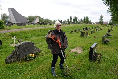 ALLTID I SVING: Unni Tollefsen og Blomsterpikene i Våler er på hogget hele sommeren både ved 62 graver på kirkegården og flere andre plasser i Våler.