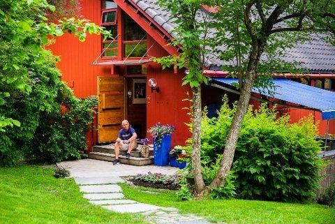 Arne Thorsrud (73) bor sammen med sin kone Bente Andersson Thorsrud (68) i et furuhelvete på Kveinnhussletta i Øyer. Sveip til høyre for å se flere bilder fra boligen. Foto: Aleksander Myklebust