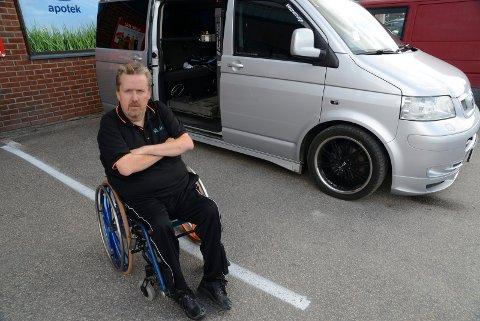 IKKE ENKELT: – Det var slett ikke enkelt å finne hjelp via systemet da jeg ikke fikk rullestolheisen i bilen til å virke, sier Svein Olav Tandberg.