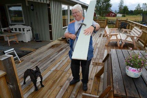 FULL FART: Det er full fart daglig med hammer og annet snekkerverktøy for Rita Fossmoen på Åsnes Finnskog. Den nye terassen er av det store slaget.