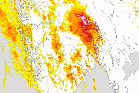BRÅKETE PÅ MORGENEN: Dette tordenværet er over Hedmark. Det er meteorologisk institutt som har publisert bildet, som viser væraktiviteten klokka 05.30.