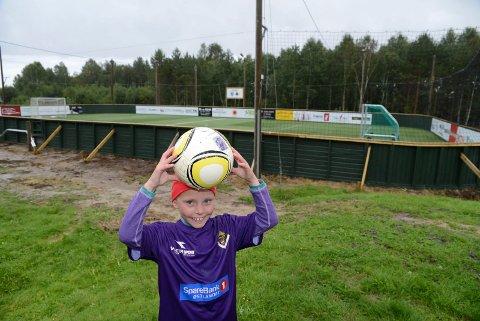 FLOTT: Emma Oterhaug er en av mange unge fotballspillere i Våler som nå kommer til å boltre seg på den nye banen.