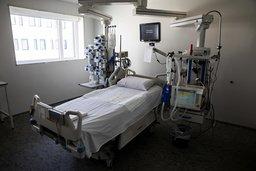 RESPIRATORPLASSER: En av mange sengeposter for intensivbehandling ved Sykehuset Østfold Kalnes. Med dagens smittesituasjon vil Norge ha nok respiratorplasser til å håndtere smittetoppen, ifølge en ny beregning fra FHI.