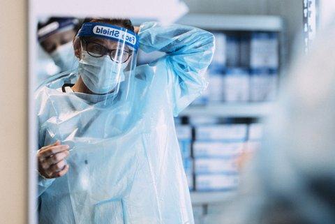 USTABIL SITUASJON: Sykepleier Liv Molden gjør seg klar for ny arbeidsdag.