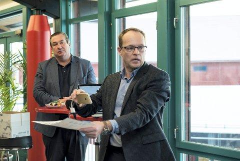 HAR SKILT LAG: Foran administrerende direktør Knut Henrik Aas i Fynd Reality (tidligere Eon Reality Norway) og Mikael Jacobsson, en av sjefene i amerikanske Eon Reality Inc., på pressekonferansen i 2016, der Eon-etableringen i Hamar og Elverum ble lansert. Nå har amerikanske Eon Reality Inc. trukket seg ut.