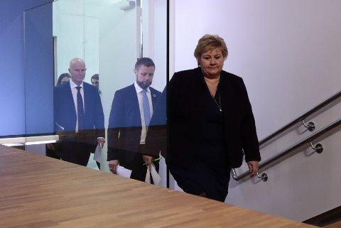 Torsdag 12. mars ga statsminister Erna Solberg (H) og helseminister Bent Høie (H) beskjed om å stenge ned store deler av samfunnet for å hindre smittespredning. Tiltakene ble fornyet en gang, og til uka skal regjeringen bestemme om de fortsetter etter påske, eller om det blir endringer. Bak sees helsedirektør Bjørn Guldvog.