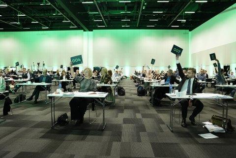 Leder Guri Melby og nestleder Sveinung Rotevatn avgir stemme i EU-avstemmingen under Venstre sitt landsmøte på Gardermoen søndag.