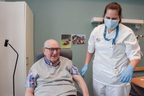 ODD FØRST, DERETTER STINE: Tirsdag ble Odd Jordet (99) den første i Elverum som ble vaksinert. Og rett før Stine Nordhagen skulle hjem samme dag, ble hun også vaksinert - den første av helsepersonell i Elverum.