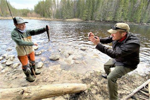 FIN FANGST: Pappa Vegard Ergan tar bildet av sønnen Melvin og hans fangst etter første dag i Renaelva etter sesongåpningen natt til 1. mai.