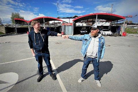 LYKKE TIL: Magnus Stenseth (til venstre) ønskes lykke til som ny sjef på Cirkle K Elverum av Roger Haugen.