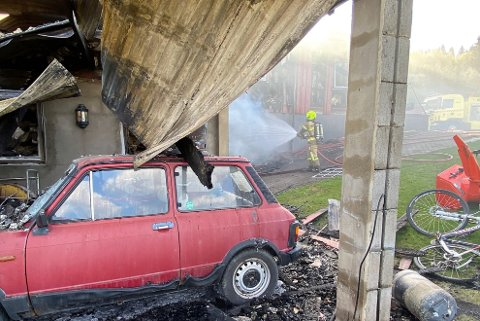 TOTOTALSKADD: Flere veteranbiler og - sykler ble også totalskadd under brannen hos familien Stein og Tove Kristiansen sør for Rena torsdag formiddag.