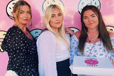 JENTETUR: Gine Gundersen (f.v), Emma Kristin Gihlemoen og Ann-Elin Saur dro sammen med tre andre venninner på tur til sørlandet.