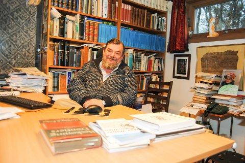 Erik Reinert fra Hvasser er blitt intervjuet om utfordringer som hyttekommuner har. Selv flyttet han  og familien fra Oslo til en typisk hyttekommune, Tjøme, for 30 år siden og beholdt en hybel i byen.