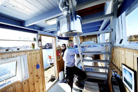 På åtte kvadratmeter kan du feriere på bryggekanten i Sandøsund. I forgrunnen står Anne Sjømæling i friluftsrådet som snart åpner for bestilling av kystledhyttene.