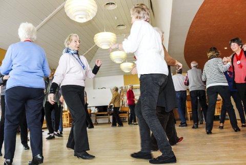 Ut på gulvet: 32 dansere er aktive på gulvet på Sjølyst når seniordansen møtes her hver fredag. – Danseleder Åse Lundegård er barsk og utfordrer oss. Vi gjør alle både noe dumt og noe bra, og heldigvis kan vi le av oss selv, sier gruppeleder Liv Låkstad. Foto: Nina t. Blix