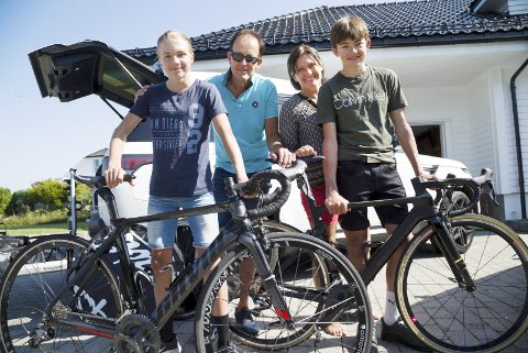 Klart til ny weekend med sykkel og konkurranser: Fra venstre Sander, Carl Erik, Sissel og nybakt ungdomsmester Marius Dahl. Foto: Håvard Solerød