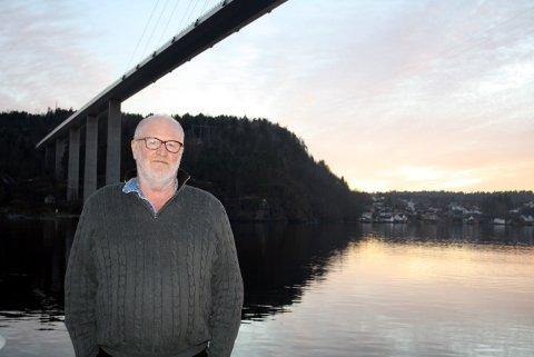 Hans Georg Andersen bor under Grenlandsbrua og frykter store isflak og istapper som løsner fra brua skal skade mennesker og biler.