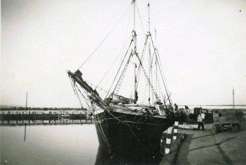 Varene som skal til Porsgrunn lastes om bord i Ærøskøbing.