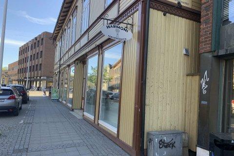 UTESERVERING: Langs fasaden blir det småbord og stoler med uteservering i sommer.