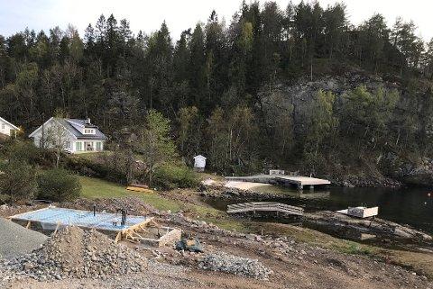 Badestranda er påfallende hvit, mener kommunen og vil ha svar på hva som har skjedd.