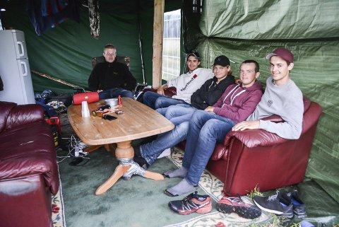 På leir: Anders Knutsen (16, f.v.), Ole Petter Lunde (18), Jørgen Fjeld (16), Gisle Sigdestad (16) og Oscar Hagen (16) fra Krikeng 4H har gjort det hjemmekoselig.