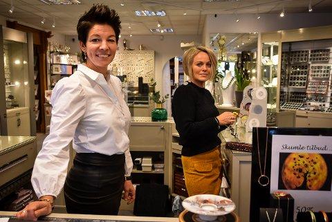 NY EIER: Siw Johnsrud Rande har kjøpt Gullsmed Anton Huseby as. Her ser vi henne sammen med Lene Ringsby Veiby fra Rakkestad.
