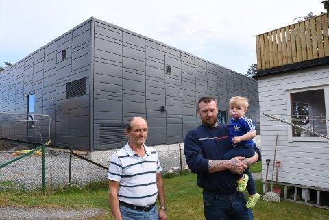 LUKT: Carl Fredrik Martinsen (med lille Theo) og Enver Kelmendi plages av lukten fra den nye Spar-butikken.