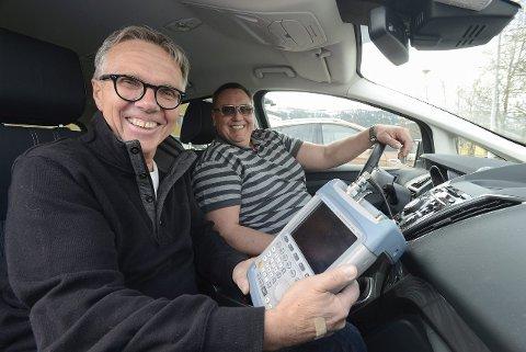 Sjef radiodistribusjon Petter Hox i NRK og P4-teknikker Olav Fostås var fornøyde med hvor godt DAB-nettet fungerer på Nord-Helgeland da de sjekket ut området i mai i fjor. Foto: Arne Forbord