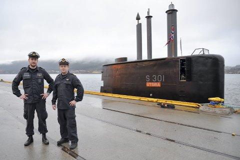 1 Ubåt til kai i Mo i Rana: Ole Steinsland og Tommy Vetaas jobber om bord på KNM Utsira. 2 KNM Utsira er den første ubåten som har ligget til kai i Mo i Rana havn siden 60-tallet. 3 Ole Steinsland er skipssjef ombord på ubåten. I torpedorommet bak, ligger det torpedoer.