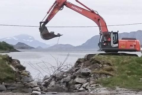 I desember 2013 ble Vollelva bruk i Konsvikosen ødelagt av en stor flom. Først i høst ble arbeidene med å reparere satt i gang. Foto: Harry Pedersen