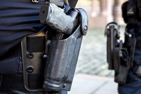 VÅPEN: Domfelte forsøkte å ta politimannens tjenestevåpen.