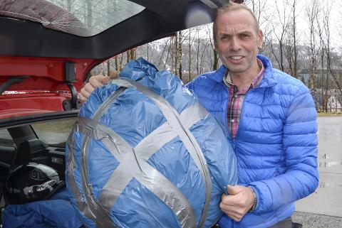 TIL PERU: Jan Birger Solheim og Rana sykkelklubb har samlet inn klær i en stor pakke som er på vei til Peru. Foto: Gøran O. Pedersen