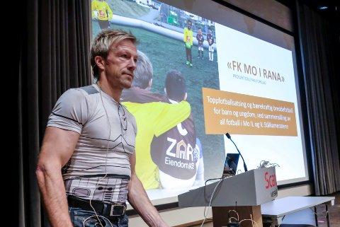 Bjørn Audun Risøy under presentasjonen av FK Mo i Rana.