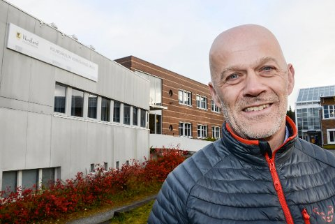 Thomas Skonseng, rektor Polarsirkelen videregående skole, tente straks på ideen om å donere gardiner fra den nå fraflyttede avdelingen ved Kongsvegen, til 2. etasje i gamle Selfors sykehjem som er oppgradert til sykehusfløy i disse koronatider.