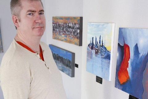 Første dag: Reidar Ystenes er årets festivalkunstner under Bakeribyggfestvalen. Han solgte 11 bilder allerede første dag. Foto: Lisa Ditlefsen
