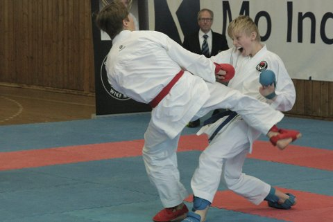 Lokal dominans: Sondre Bursvik (t.h) kom seg helt til finalen i helgas regionmesterskap. Her går han mot lagkamerat Aksel Walla i kumite. Foto: Stian Forland