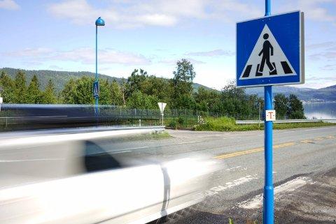 Trafikkert: Fotgjengerovergangen til Hauknesodden er godt trafikkert. Nå har Rana kommune et reguleringsforslag til forbedring av krysset ute på høring. Foto: Trygve Ulriksen Skogseth