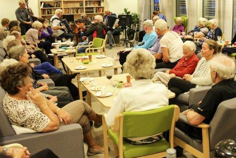 Spiller opp: Husorkesteret spiller opp og sørger for god musikk og god stemning. Foto: Eivind Nicolaysen