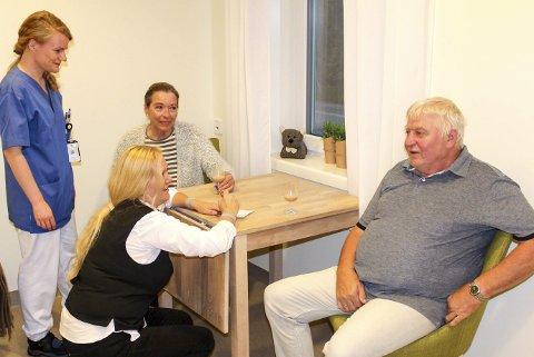 Alle tiders: Solveig Høgås og Roald Jensen liker seg. Her i prat med frivillig Turid Iversen og sykepleier Brit Mari Sjøvoll.